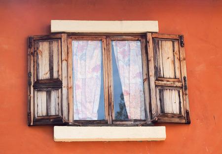 Plastová okna mohou vypadat úplně jako dřevěná
