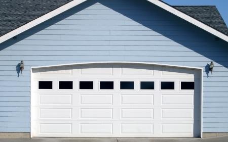 Sériová garážová vrata nebo vrata na míru