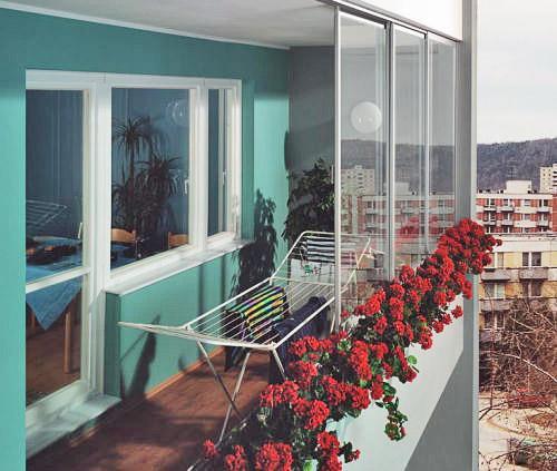 Proč má smysl zasklít balkón – klidně i v zimě
